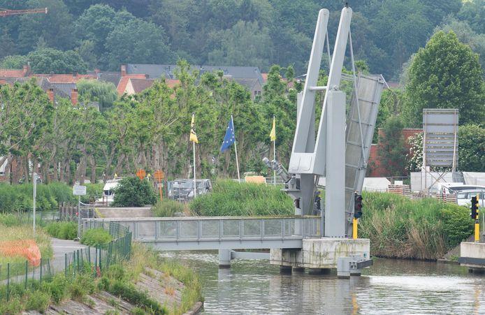 De fietsersbrug werd al een jaar geleden gebouwd, maar bleef ongebruikt, omdat er discussie was over wie ze moest bedienen.