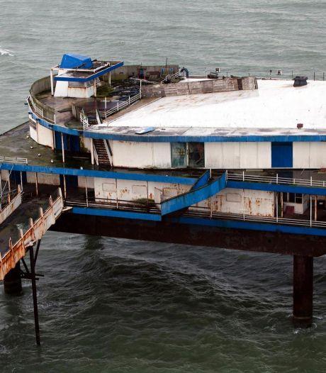 Sloop stalen eiland op Pier uitgesteld