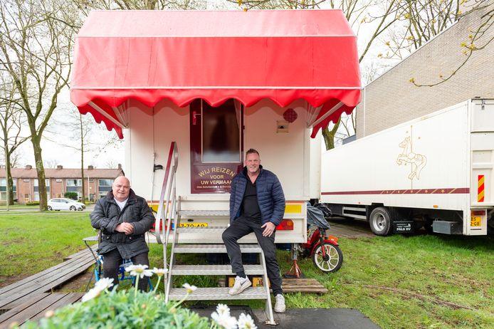 Oliebollenbakkers Peter Olde Scholtenhuis & Michel van den Esschert in en buiten hun woonwagen op de Hoge Weerd.