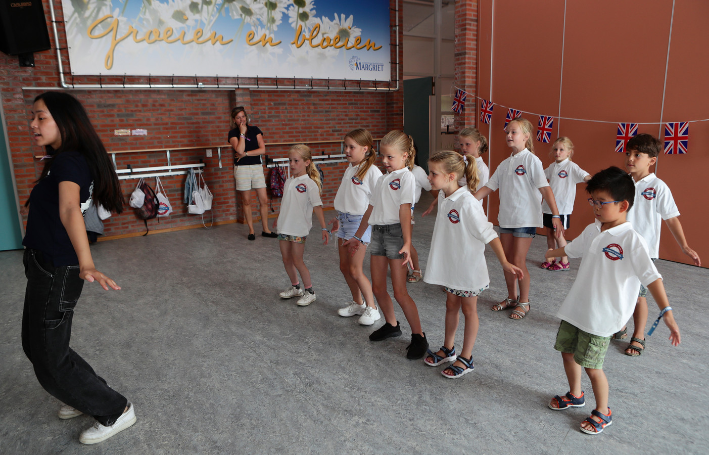 Miss Rachel (links) is een teacher op het Summer Camp in Woerden. In de achtergrond bedenkster Marie-Chantal de Wildt.