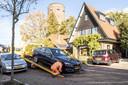Een van de door inbrekers gestripte BMW's wordt weggesleept om de gestolen dure onderdelen te vervangen en de schade te repareren.
