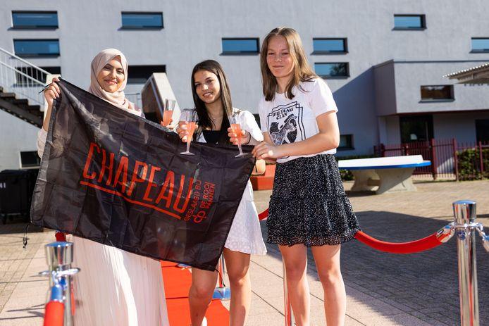 Saloua, Loubna en Frederique (v.l.n.r.) mogen sinds deze week de vlag uithangen; ze zijn geslaagd!