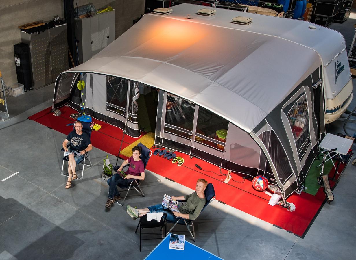 Het gezin Faut aan hun caravan in de eigen bedrijfshal in Beerse.