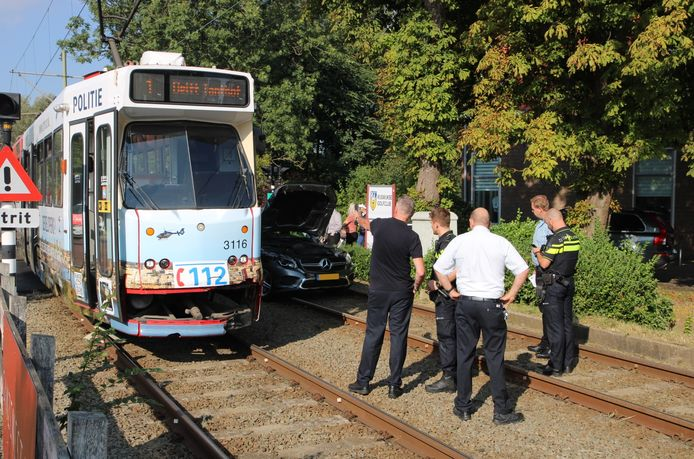Een auto en een tram botsten vanmiddag op elkaar in Rijswijk.