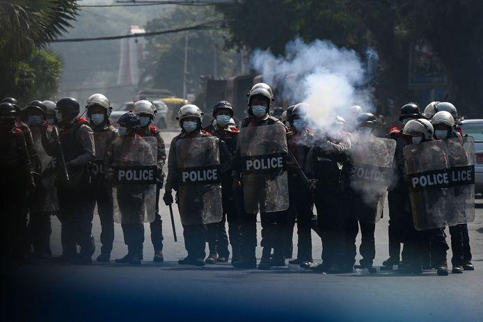 De oproerpolitie schiet met rubberkogels op betogers in Yangon, Myanmar.