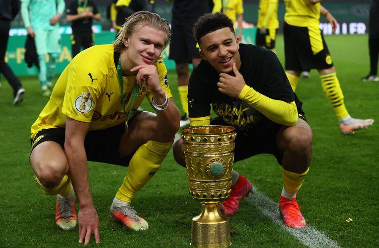 Erling Haaland en Jadon Sancho vieren het winnen van de DFB-Pokal (Duitse beker) dankzij een 1-4-zege op RB Leipzig. Beeld AFP