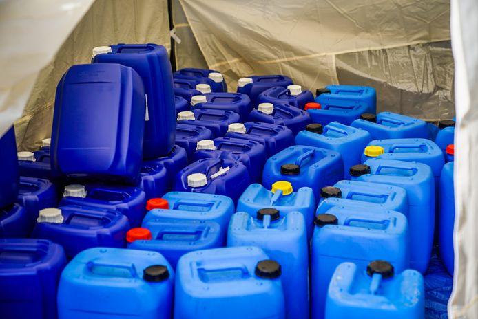 Tientallen vaten met grondstoffen voor synthetische drugs in een achtertuin in Eindhoven.