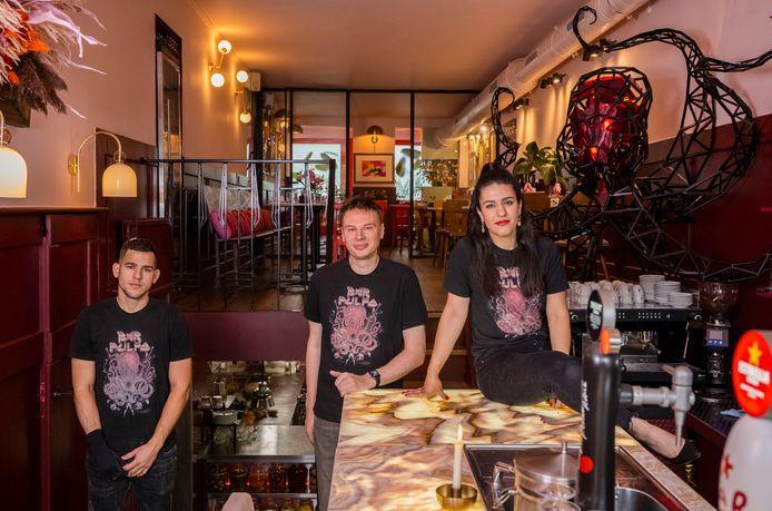 Bar Pulpo. Van rechts naar links: Pegah Hosseinzadeh, Jelmer Bouma (eigenaren) en Johnathan de Mei (chef ).