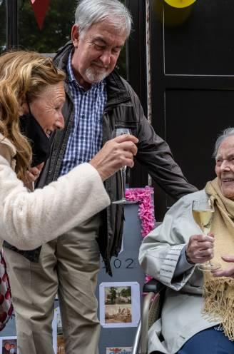 """Ze kwijnde weg in het rusthuis en ging weer thuis wonen, vandaag viert het hele dorp mee de 100ste verjaardag van Lea: """"De levenslust is helemaal terug"""""""