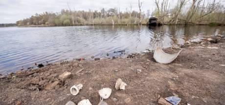Oever van nieuwe plas in Zunasche Heide bezaaid met troep: 'Een onaangename verrassing'