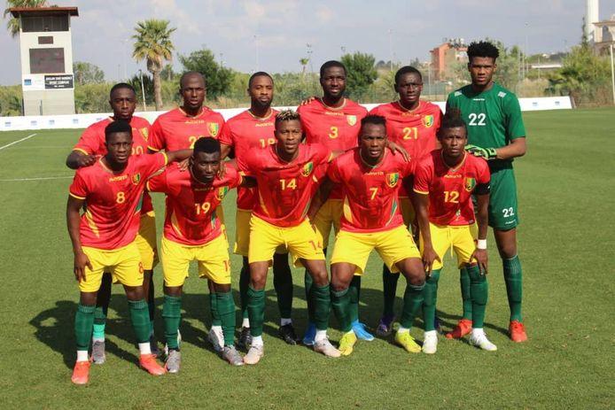 Ahmad Mendes Moreira (bovenste rij eerste van links) speelde afgelopen week zijn eerste vier interlands met Guinee.