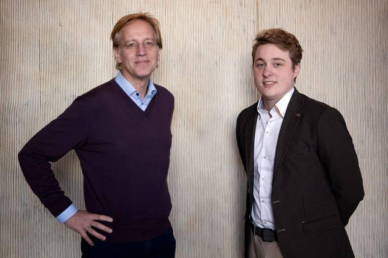 Natuurkundige Robbert Dijkgraaf en striptekenaar Dirk Ridder. Samen maakten zij Het allerkleinste, een stripboek over natuurkunde.  Beeld Bob Bronshoff