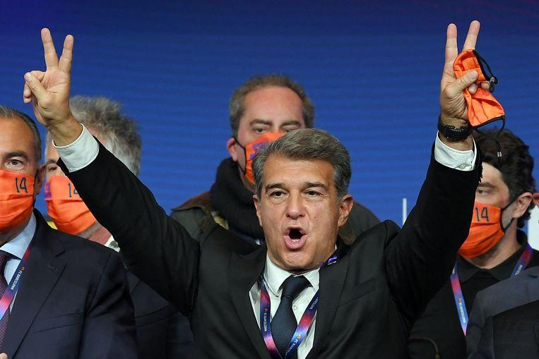 Joan Laporta viert zijn verkiezingsoverwinning in Nou Camp, zondagavond laat.  Beeld AFP