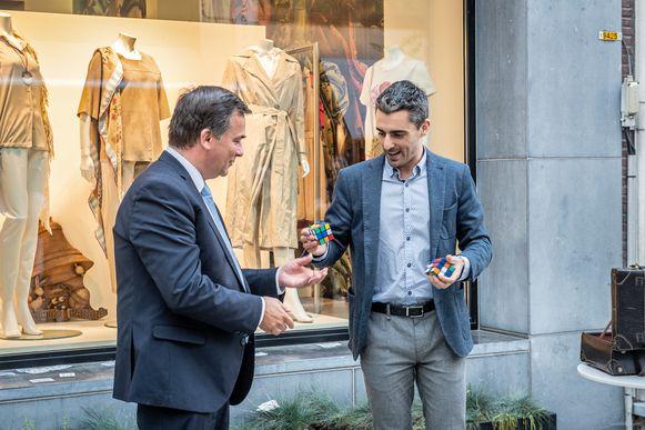 Burgemeester Kris Declercq loste achter z'n eigen rug een Rubik's Cube op.