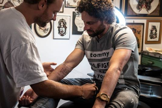 Meester Jesper Hesseling laat een tatoeage zetten na een weddenschap met zijn klas.