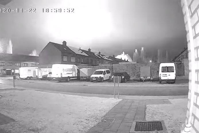 Een bewakingscamera registreerde hoe een vuurbol de hemel verlichtte.