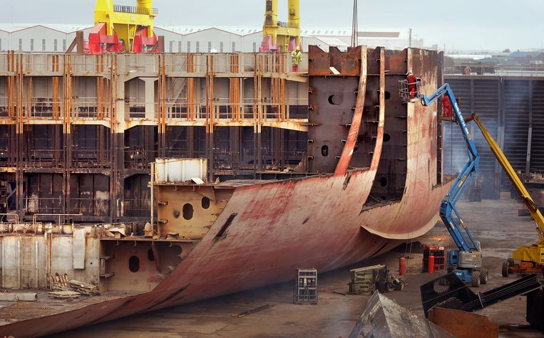 Het wrak van het vrachtschip MSC Napoli ligt in droogdok op de werf van Harland and Wolff in Belfast om te worden ontmanteld.  Beeld Getty Images