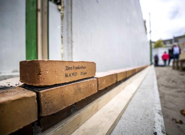 De eerste herdenkingssteen, gelegd door Jacqueline van Maarsen, jeugdvriendin van Anne Frank, bij het Nationaal Holocaust Namenmonument. Beeld ANP
