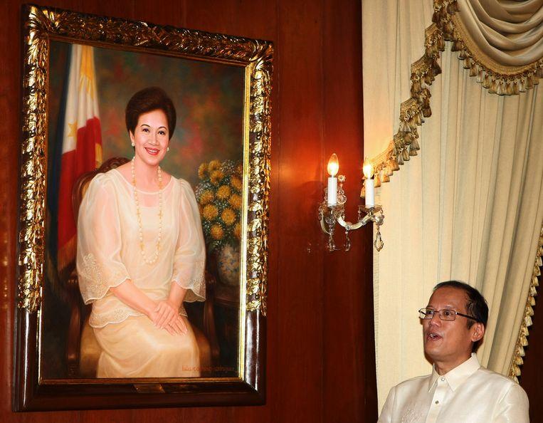 De overleden Benigno Aquino met een portret van zijn moeder, Corazon Aquino, in het presidentiële paleis in hoofdstad Manilla. Beeld AP