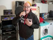 Vorig jaar nog op de ic met corona, nu huis-tuin-en-keukenzanger: Zanger Bas (42) worstelt zich door de crisis