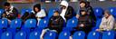 Alle geblesseerden van Feyenoord kijken vanaf de tribune naar het spel of naar hun telefoon. Vlnr; Leroy Fer, Orkun Kökcü, Jens Toornstra, Tyrrel Malacia, Robert Bozenik, Justin Bijllow en Sven van Beek.