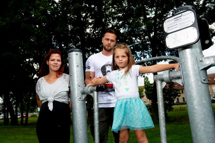 Yaëlla Prins zou vrijdagavond zijn mishandeld door drie tieners, die volgens haar moeder Shannon met stokken op haar insloegen.  In het midden vader Ruben.