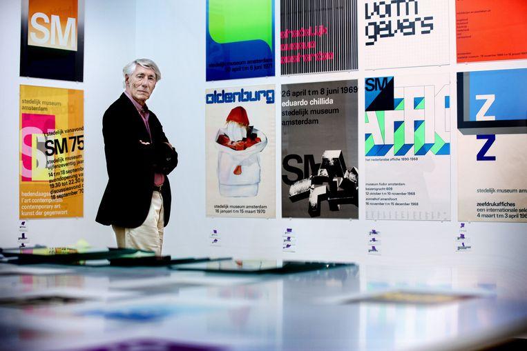 Wim Crouwel temidden van zijn overzichtstentoonstelling in het Stedelijk Museum in 2011. Beeld Jean-Pierre Jans