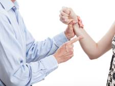 Udense alcoholist die moeder mishandelde en oom beet moet klinische behandeling volgen