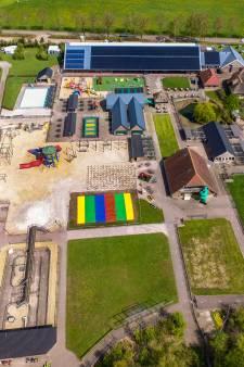 Springkussen van Flierefluiter Raalte moet plat na klacht buurman: gemeente sommeert 'bouwwerk' weg te halen