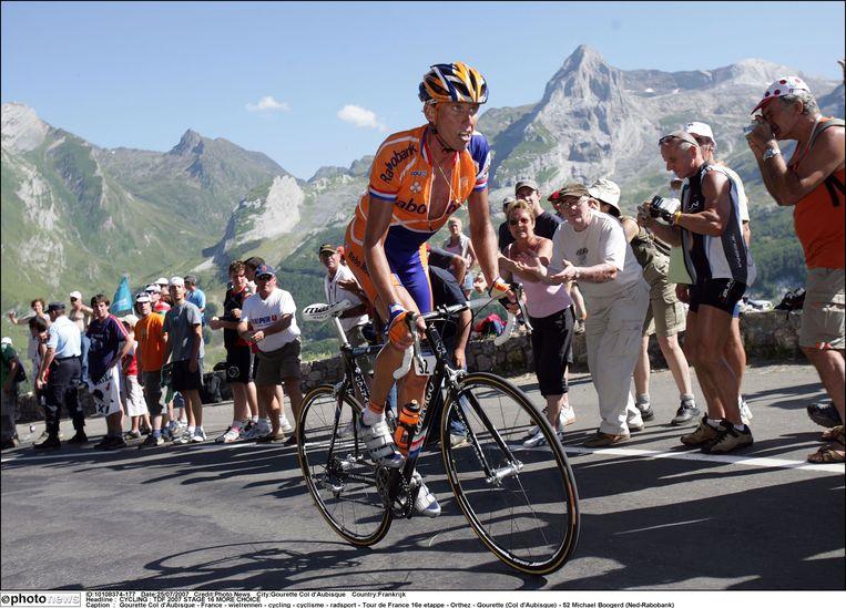 Michael Boogerd haalde voor de start van de 17de touretappe in 2007 uit naar een toeschouwer. Beeld Photo News