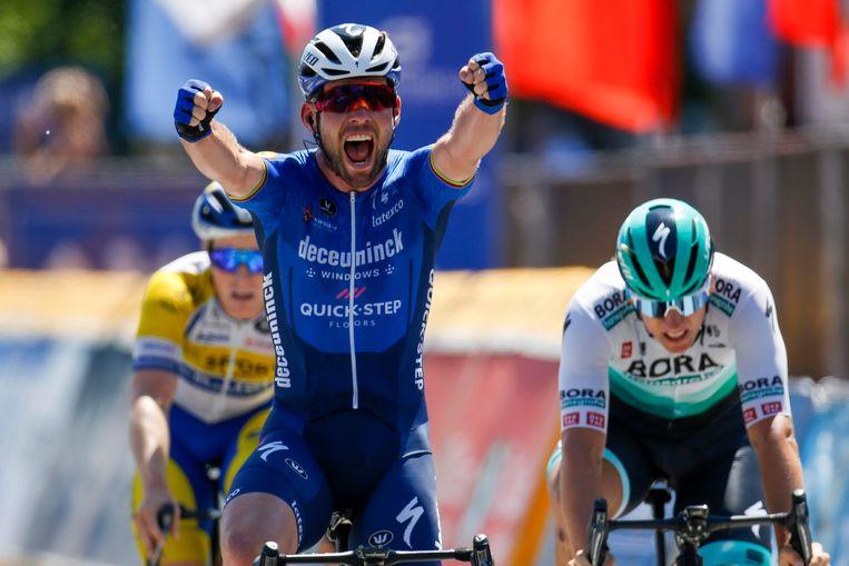 Mark Cavendish wint in Beringen voor onder anderen Pascal Ackermann (r.) Beeld Photo News