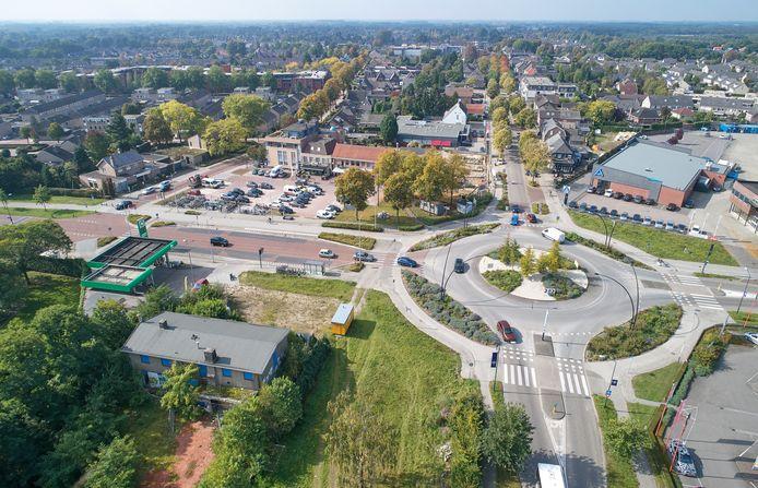 Rotonde 't Kruispunt in Heesch in 2017, met op de voorgrond links voormalig horecapand 'de oude Chinees'.
