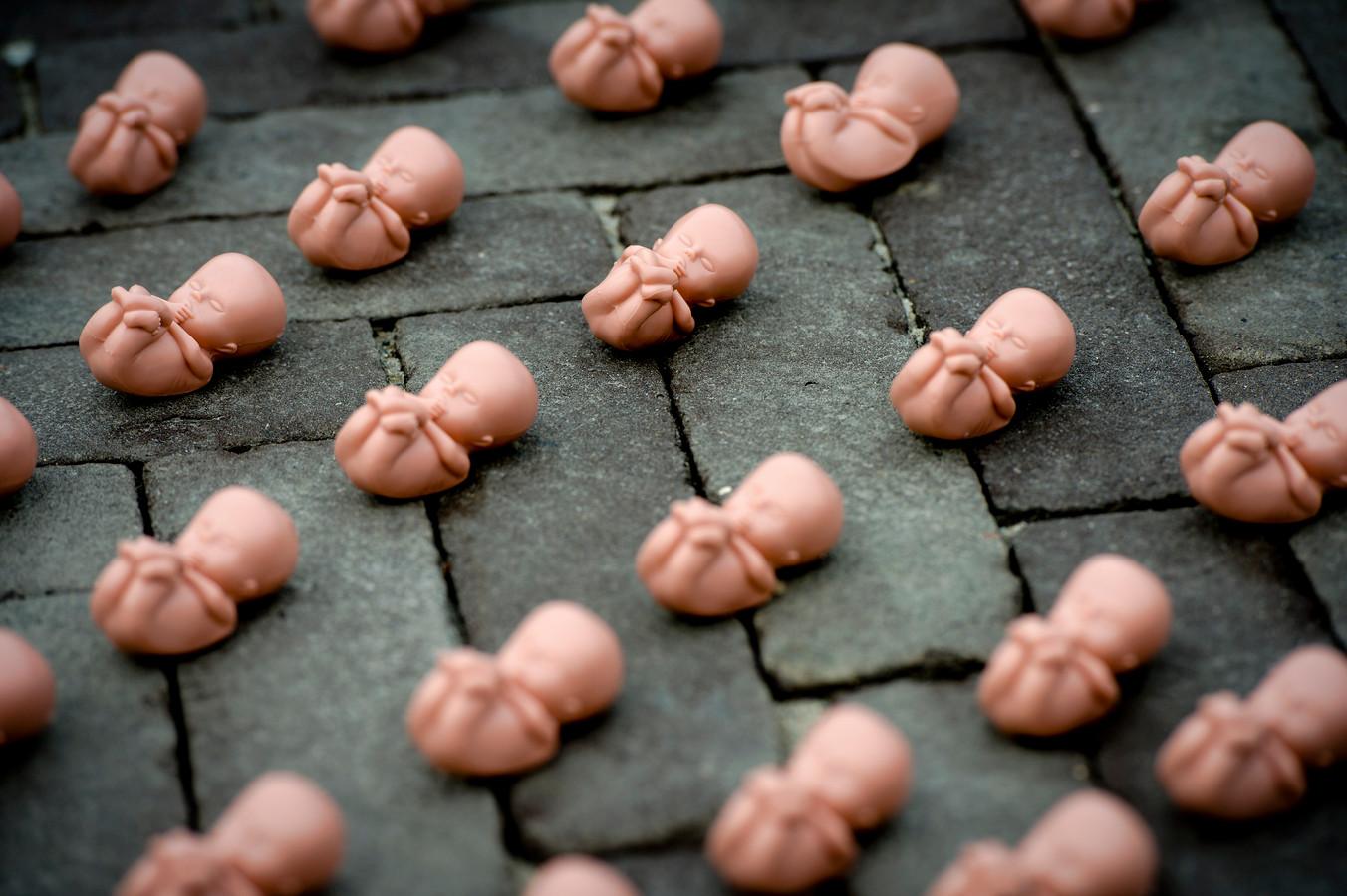 Een eerder protest van anti-abortusclubs in Houten. Enkele duizenden plastic foetussen liggen op een plein voor een winkelcentrum