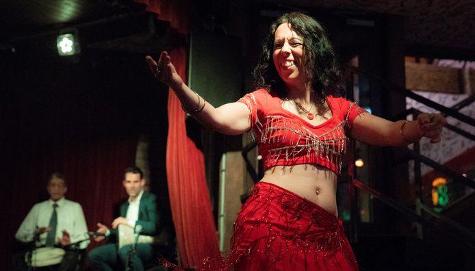 Buikdanseres Helleh Raqs voert een Egyptisch vruchtbaarheidsritueel uit.