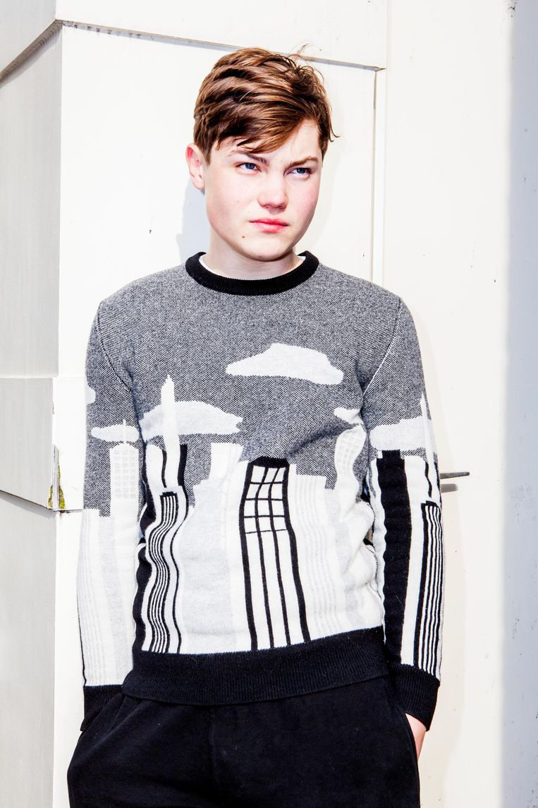 Hugo draagt een trui van Maison Kitsuné. Beeld Marie Wanders