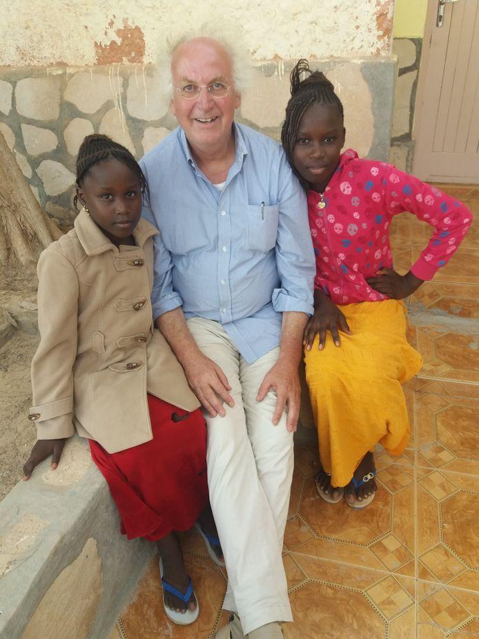 René Beijersbergen in Nouadhibou, Mauritanië. De kinderen van de schoonmaakster van zijn hotelkamer wilden graag met hem op de foto. Hun moeder maakte de foto.