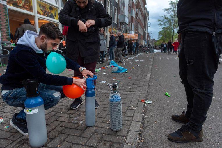 Lachgas op Koningsdag in Amsterdam Beeld anp