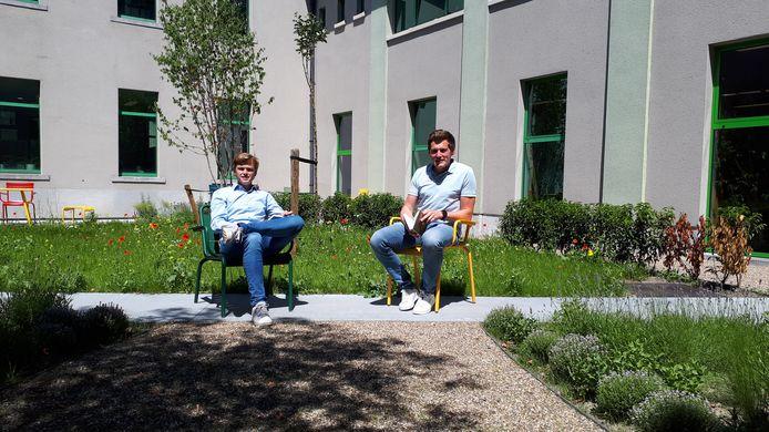 Dit oogt gezellig: schepenen Sven Roegiers en Jonas De Wispelaere in de nieuwe binnentuin van de bib in Evergem.