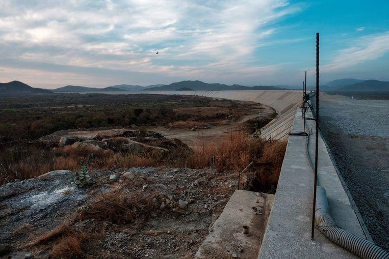 Achter de Renaissancedam in Ethiopië moet binnenkort water staan. Het stuwmeer moet een reservoir worden van 74 miljard kubieke meter Nijlwater.  Beeld EDUARDO SOTERAS / AFP