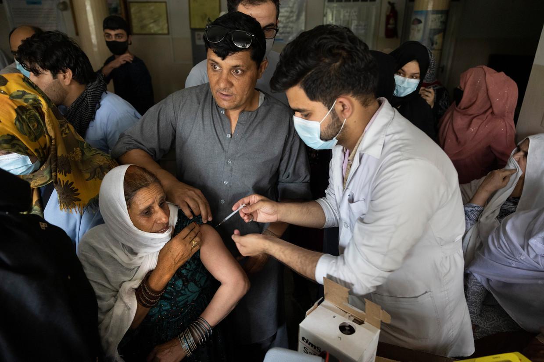 Een vrouw wordt gevaccineerd in Afghanistan. De vaccinatiegraad tussen hoge- en lage-inkomenslanden verschilt enorm. Beeld Getty