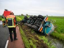 Vrachtwagen belandt ondersteboven in sloot, bestuurder ongedeerd