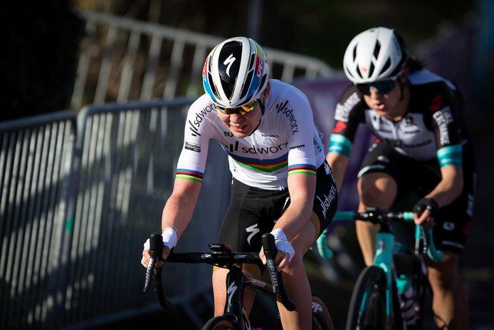 Anna van der Breggen rijdt morgen in haar regenboogtrui de Amstel Gold Race.