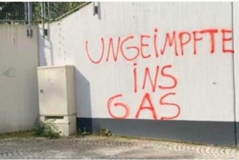 De foto die Kompanje van een Duitse collega kreeg: Ungeimpfte ins Gas, ongevaccineerden naar de gaskamers. Beeld Twitter