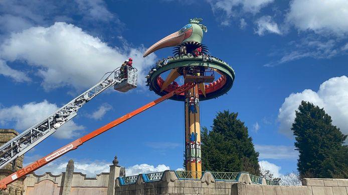 Met een hoogtewerker en een ladderwagen van de brandweer moesten de jongeren één voor één van de El Volador-attractie gehaald worden.
