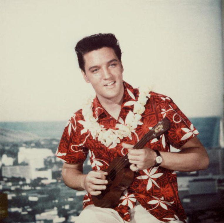 Elvis Presley in de film 'Blue Hawaii' uit 1961.  Beeld Getty Images