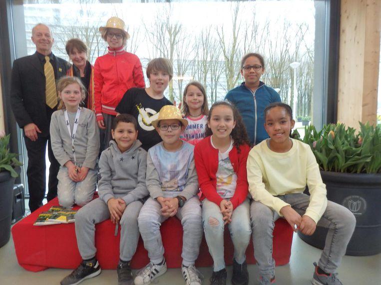 Dichter Dagmer Koolwijk (staand, links) met haar schoolgenoten van Pro Rege Beeld Schuim