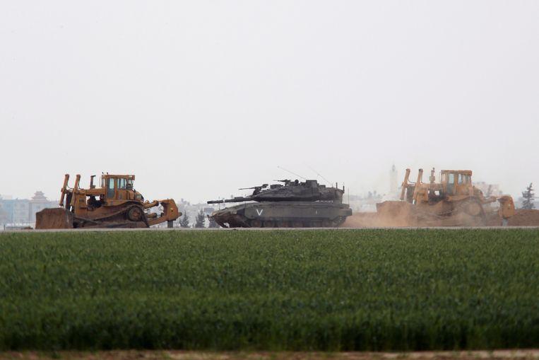 Een Israëlische tank bewaakt de grens in het zuiden van de Gazastrook.