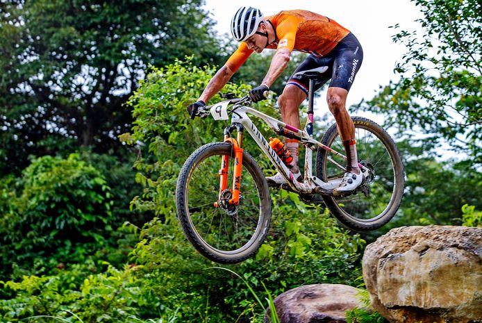 Mathieu van der Poel passeert het stuk waar hij in de eerste ronde van de olympische mountainbikewedstrijd hard onderuit ging. Even later geeft hij op.