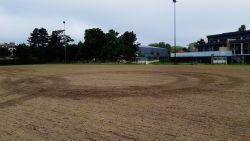 Bestuurder maakt 'donuts' op pas ingezaaid voetbalveld, groendienst dient klacht in