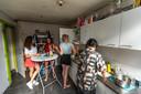 Bewoners van studentenhuis Zjem & Confiture in Eindhoven aan de afwas.